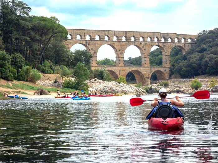 Des activités nautiques telles que le canoe kayak à proximité de Laudun dans le Gard